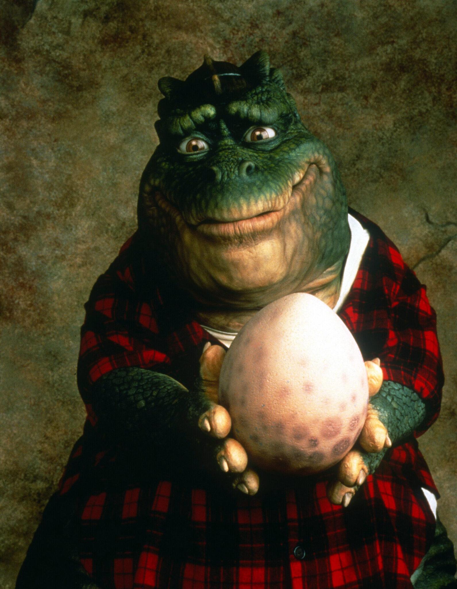 Earl Sinclair, der Dinovater aus Die Dinos mit Dinoei in den Händen