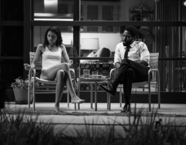 Marie (Zendaya) und Malcolm (John David Washington) sitzen gemeinsam auf der Veranda vor ihrem Haus.