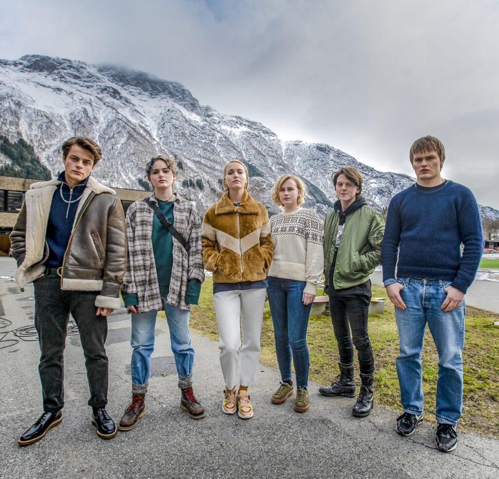 Das Team von Ragnarök posiert vor dem pittoresken Hintergrund der bergigen Landschaft Norwegens - Neu auf Netflix im Mai 2021