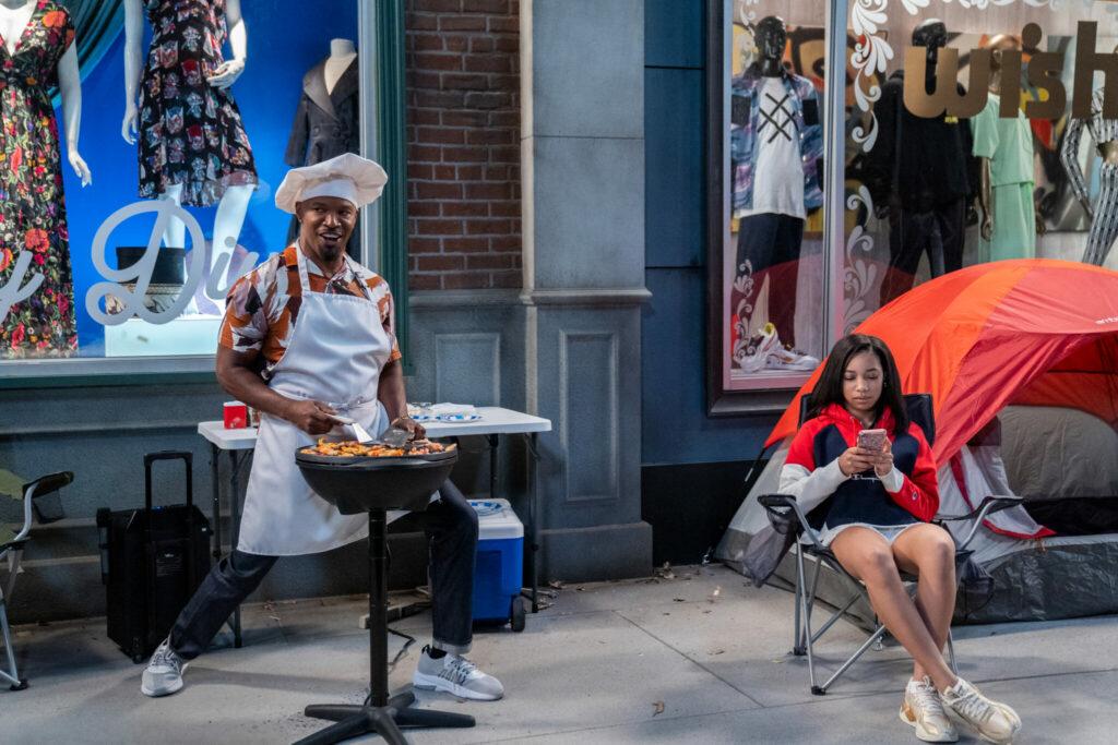 Jamie Foxx grillt auf dem Bürgersteig in Dad Stop Embaressing Me - Neu auf Netflix im April 2021