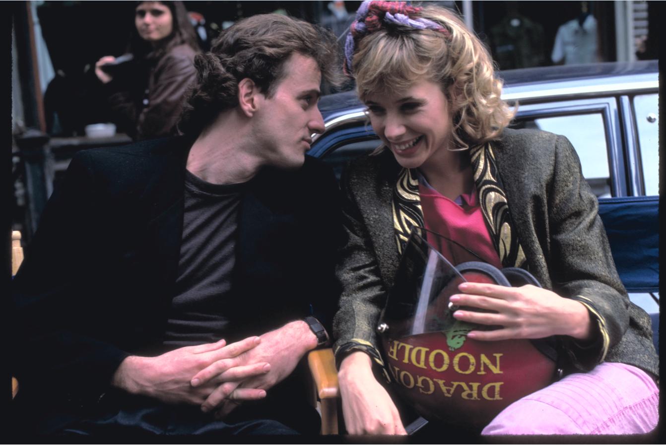 Aidan Quinn als Dez unterhält sich mit Rosanna Arquette als Roberta in Susan... Verzweifelt Gesucht.