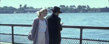 Rosanna Arquette geht als Roberta eine Strandpromenade entlang in Susan... Verzweifelt Gesucht