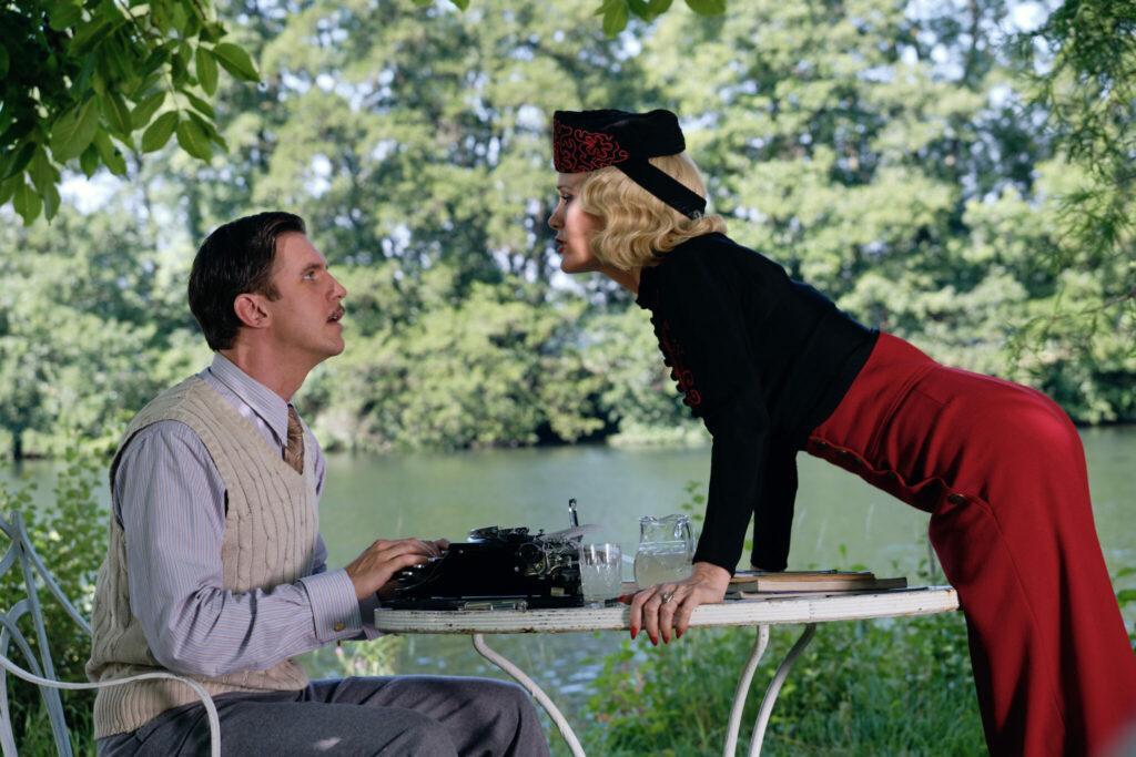 Charles (Dan Stevens) begegnet seiner verstorbenen Ehefrau Elvira (Leslie Mann) in einem Garten in Da scheiden sich die Geister. Er sitzt rechts im Bild und schaut verblüfft. Elvira beugt sich fordernd zu ihm hinüber.