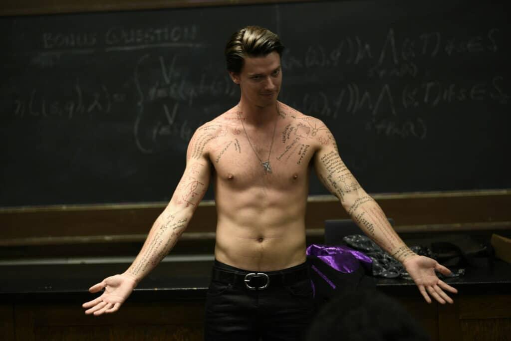 Daniel (Patrick Schwarzenegger) demonstriert seinen Oberkörper, auf Brust, Schultern und den Armen sind dabei mehrere Tattoos zu sehen. Die Arme streckt er dabei von sich, sein schelmischer Blick strahlt Selbstbewusstsein aus.