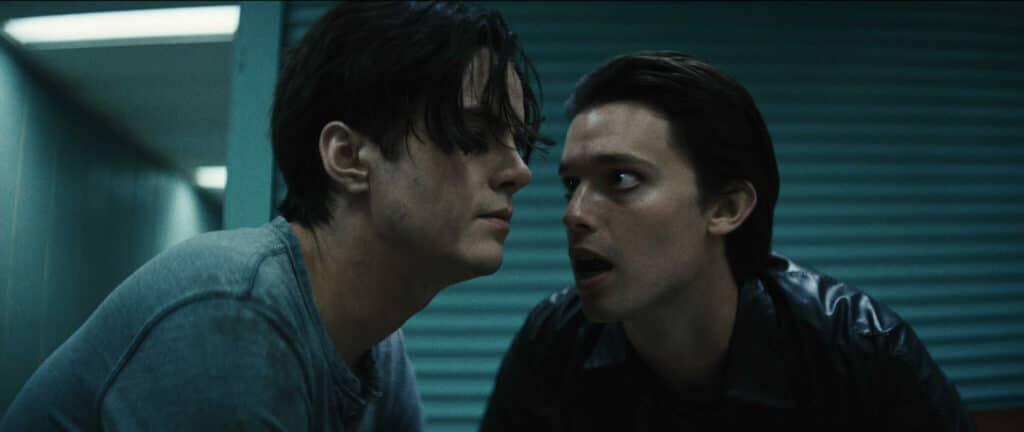 Daniel (Patrick Schwarzenegger) redet böswillig und energisch auf den sichtbar angeschlagenen Luke (Miles Robbins) ein.