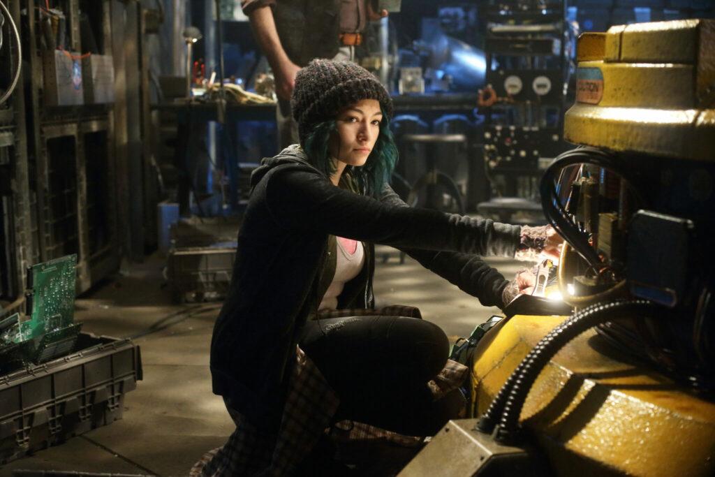 Fünf, gespielt von Jodelle Ferland, ist ausgestattet mit einem beonderen Gespür für Technik und repariert eine Maschine.