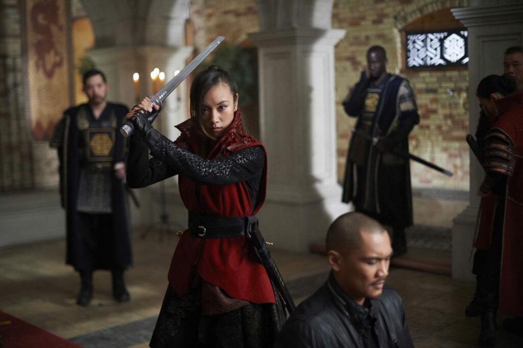 Die oberste Palastwächterin auf Viers Heimatwelt, gespielt von Ellen Wong, droht in Dark Matter das Crewmitglied der Raza zu enthaupten.