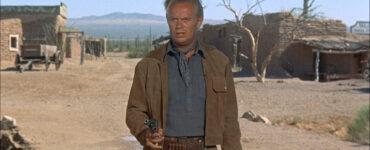Jim Slater, gespielt von Richard Widmark, tritt in Das Geheimnis der fünf Gräber mit gezücktem Revolver zum finalen Duell an.