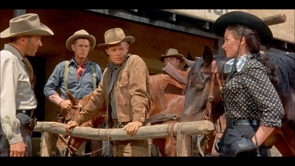 Karyl Orton, gespielt von Donna Reed, und Jim Slater, gespielt von Richard Widmark, stehen dem Sheriff Rede und Antwort über den Toten, der zuvor aus dem Hinterhalt auf Slater geschossen hatte.