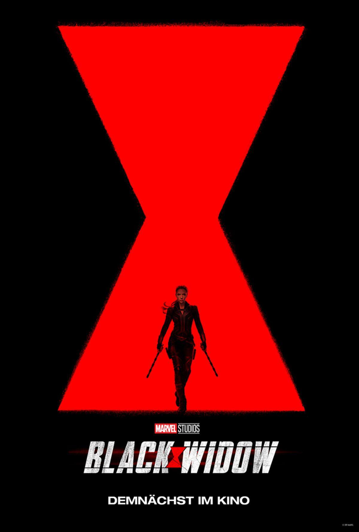 Das Kinoplakat zu Black Widows zeigt das rote Black Widow Symbol auf einem schwarzen Hintergrund und davor ist verkleinert Black Widow zu sehen