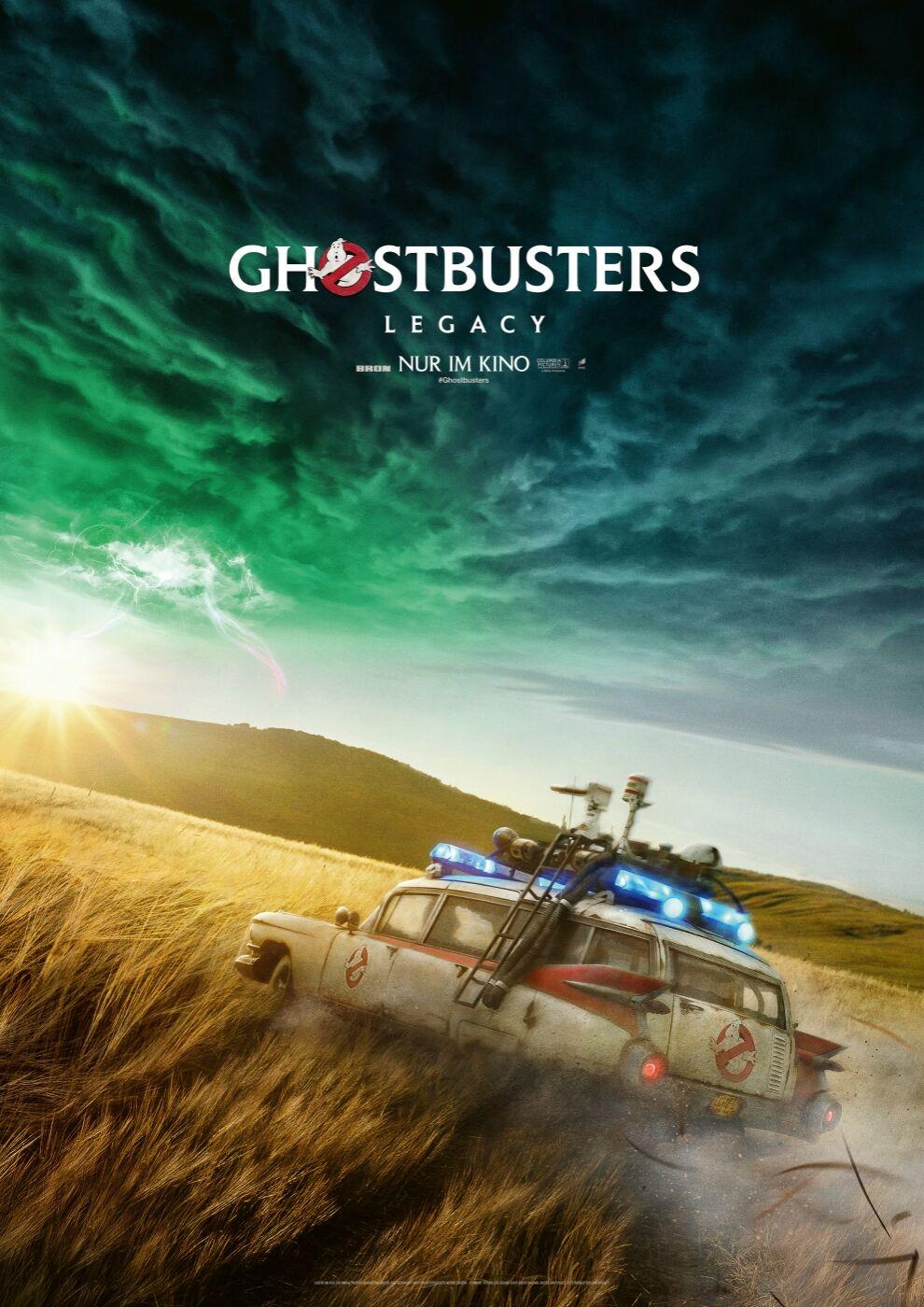 Das Kinoplakat zu Ghostbusters: Legacy zeigt den Ecto 1 über eine Feld driften während sich am Horizont ein grünes Gewitter zusammenbraut