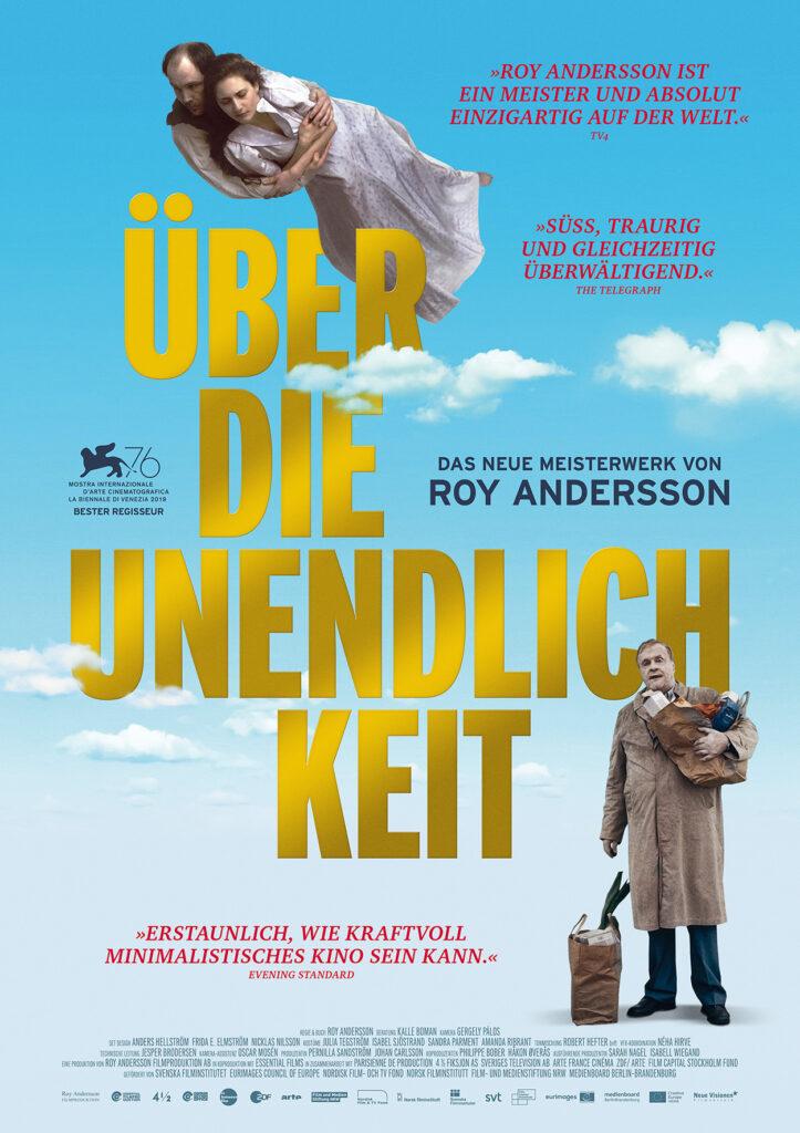 """Das Kinoplakat zu """"Über die Unendlichkeit"""" zeigt ein in den Wolken schwebendes Paar und einen Mann mit Einkaufstüten, in der Mitte der Titel in goldener Schrift"""
