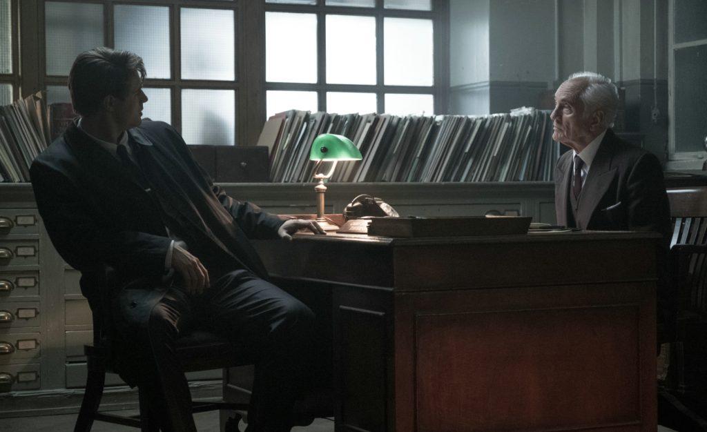 Terence Stamp und Max Irons beim Rätselraten in Das krumme Haus. © 2019 Twentieth Century Fox Home Entertainment