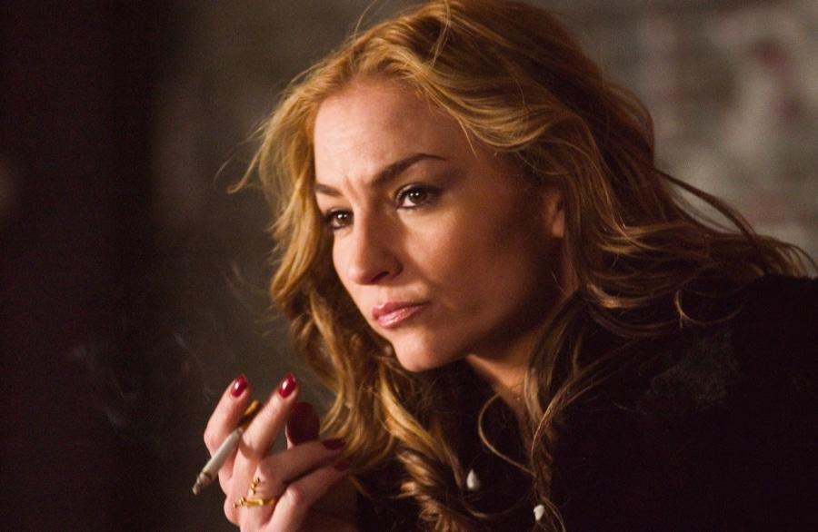 Sekretärin Iris raucht eine Zigarette in Das Ende - Assault on Precinct 13