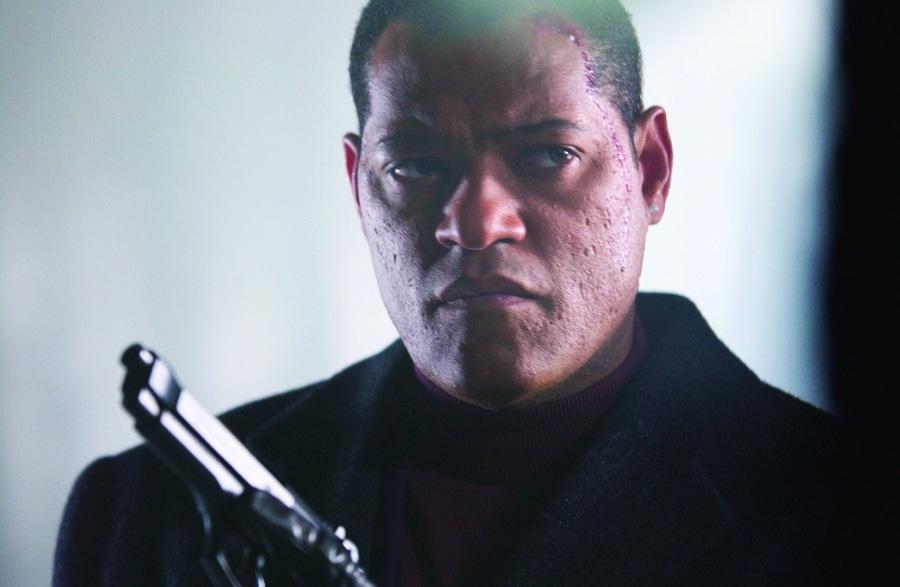 Bishop schaut finster drein, mit Waffe in der Hand in Das Ende - Assault on Precint 13