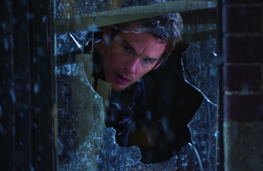Cop Roenick schaut durch ein zerschossenes Fenster in Das Ende - Assault on Precinct 13