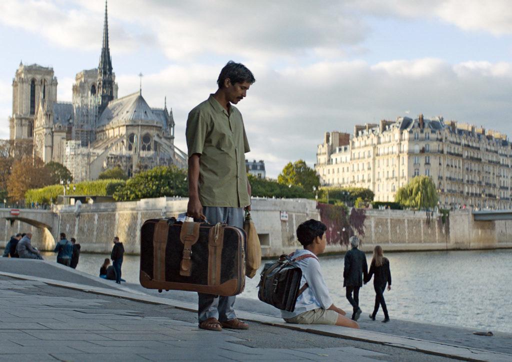 Nura und Fahim schauen nach ihrer Ankunft in Paris am Ufer der Seine ins Wasser.
