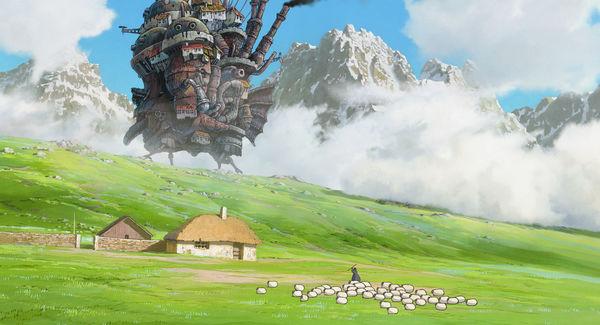 Das wandelnde Schloss zieht durch die nebligen Berge