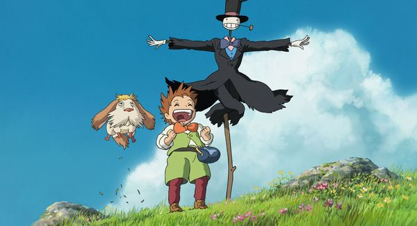 Markl, ein Hund und eine Vogelscheuche stehen auf einem Hügel und lachen