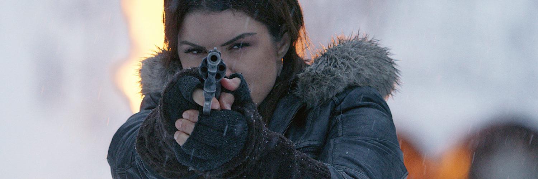 Clair (Gina Carano) hat in Daughter of the Wolf ihr Ziel im Visier