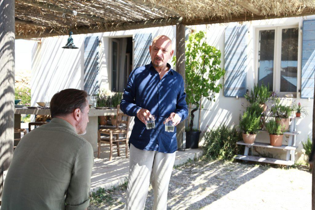 David im Gespräch mit Henderson (Ben Kingsley) in Intrigo - Tod eines Autors © 2018 Twentieth Century