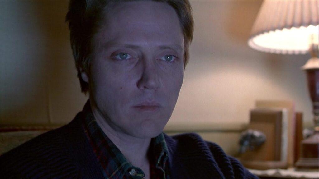 Christopher Walken sitzt im Halbdunkel und blickt aufgrund düsterer Ahnungen ernst drein in Dead Zone - Die 10 besten Stephen King Verfilmungen