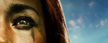 Das Filmplakat zu Death of Me zeigt die von schmerzen gezeichnete Maggie Q und im Hintergrudn die traumhafte Strandkulisse.
