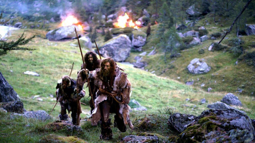 """Drei Räuber hinterlassen in """"Der Mann aus dem Eis"""" das brennende Dorf © Ascot Elite Home Entertainment"""