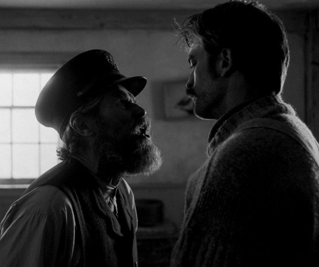 Williem Dafoe steht dicht vor Robert Pattinson und führt ein eindringliches Gespräch mit ihm.
