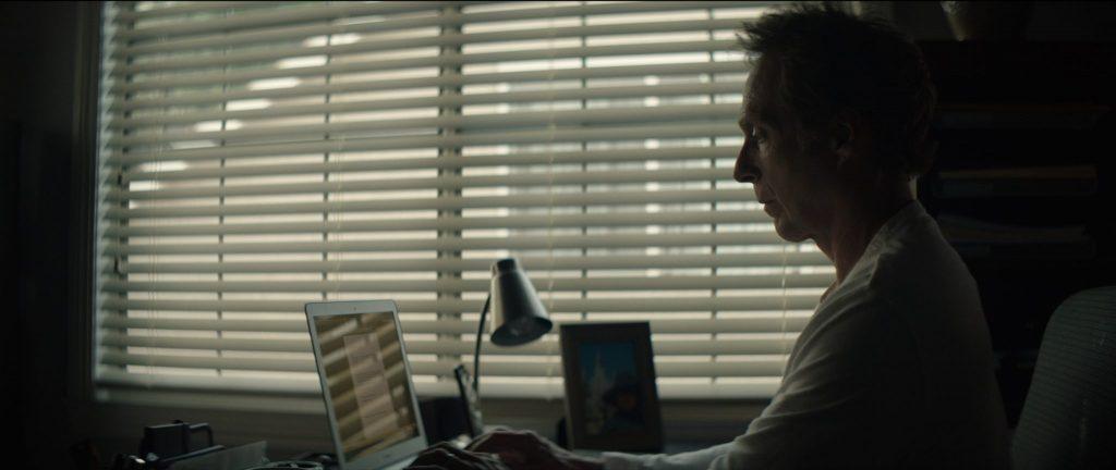 Mike (William Fichtner) bei seiner langweiligen Arbeit von zu Hause aus in Der Nachbar - Die Gefahr lebt nebenan. © Tiberius Film