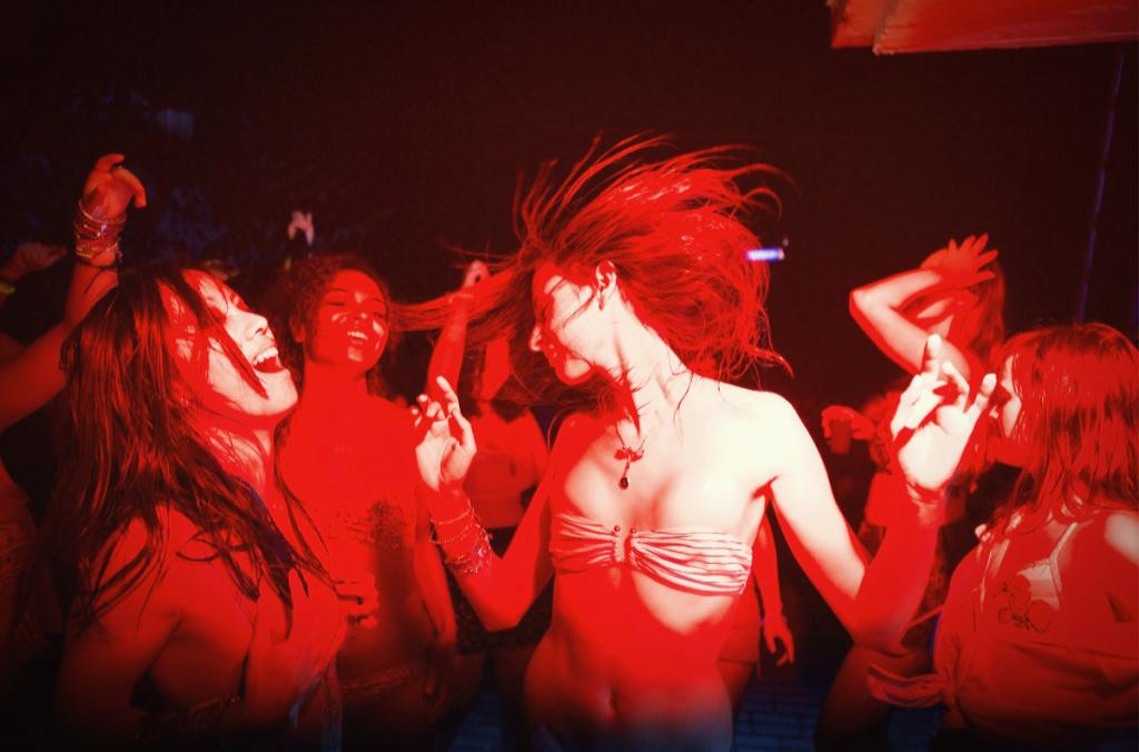 """Der deutsche Genrefilm """"Der Nachtmahr"""" zeigt eine Gruppe Jugendlicher tanzt leicht bekleidet in rotem Licht."""