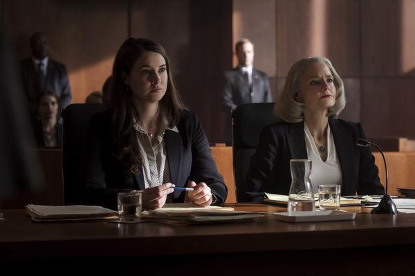 """Teri Duncan und Nancy Hollander sitzen bei Gericht an ihrem Tisch und blicken außerhalb des Bildes, vermutlich den Richter, an. - """"Der Mauretanier"""""""