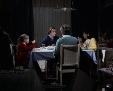 Georg, Anna, Evi und Alexander sitzen am Tisch zum Abendessen - Der siebente Kontinent