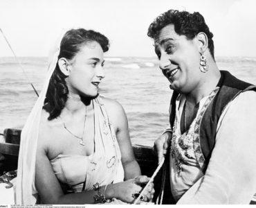 Auf einem Boot kann Wanda ihren Blick nicht von Schauspieler Rivoli lassen, denn er ist ihr Idol: Der weiße Scheich