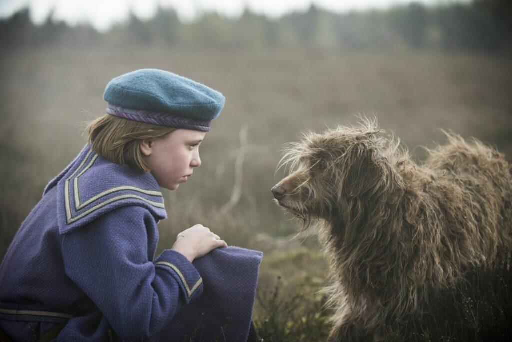 Mary, gespielt von Dixie Egerickx, begegnet dem Hund, den sie Jemima nennen wird.