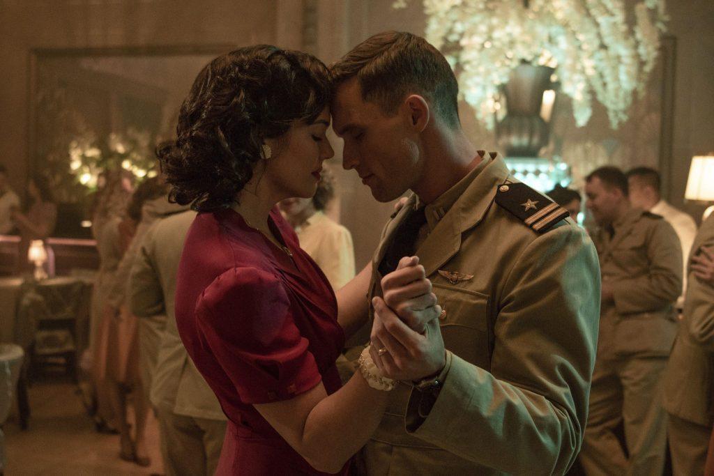 Dick (Ed Skrein) muss sich von seiner Frau verabschieden in Midway - Für die Freiheit © 2019 Universum Film