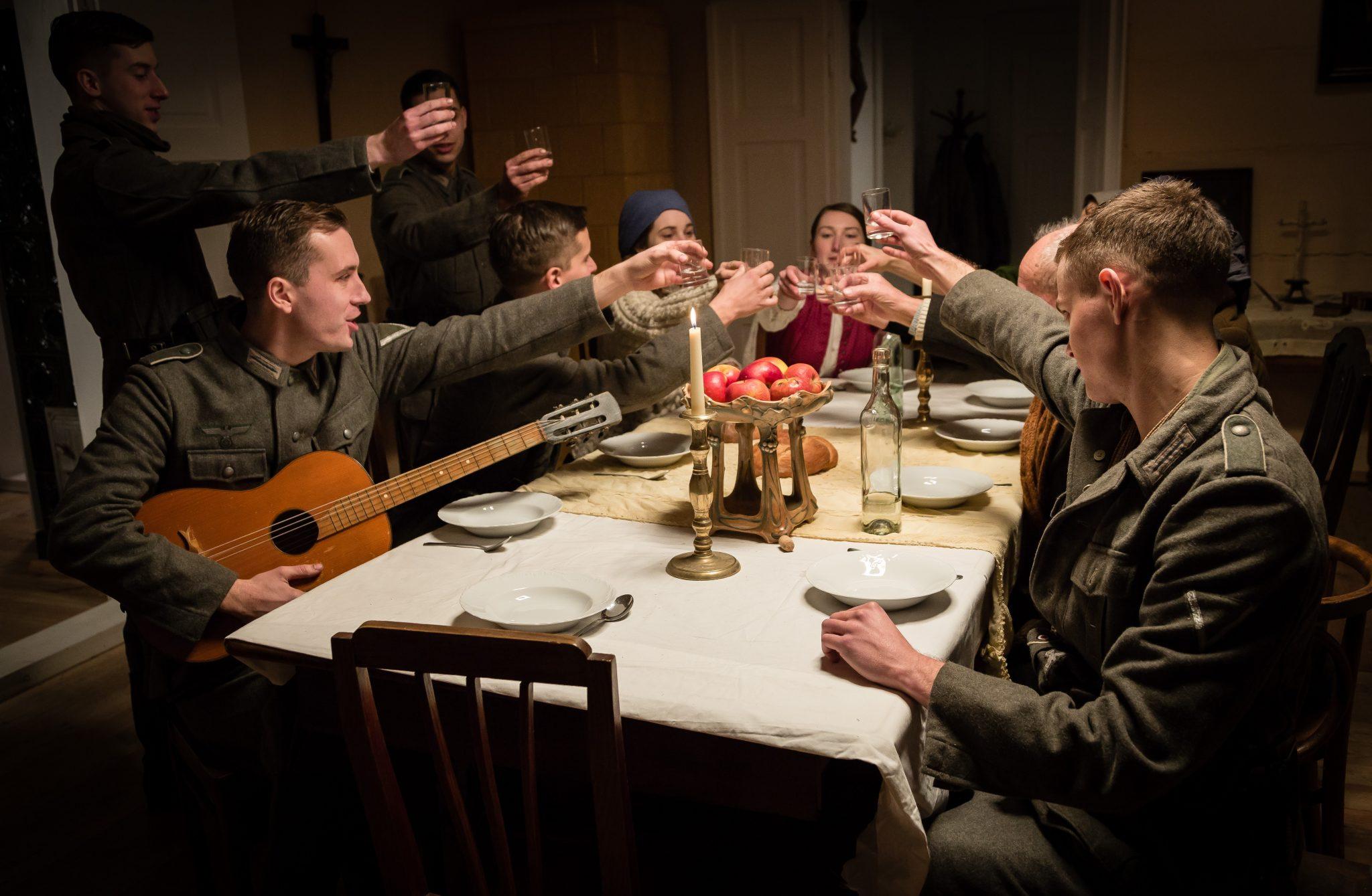 """Die Ausgelassenheit des vermeintlich letzten Abends, der in """"Höre die Stille"""" alles verändern sollte ©Tiberius Film"""