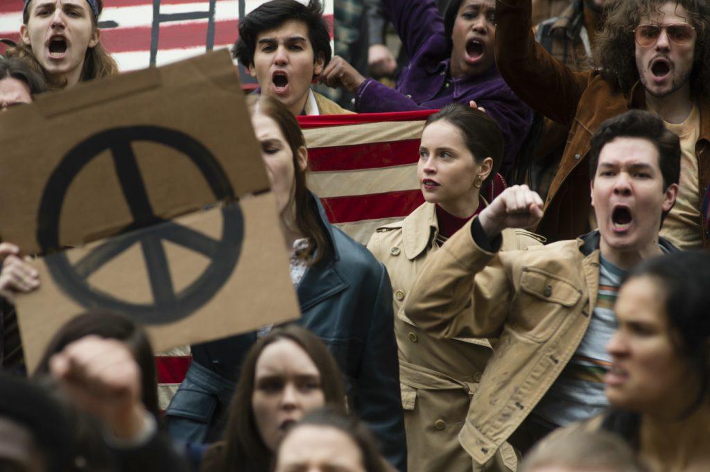 Ruth Ginsburg (Felicity Jones) mitten in einer protestierenden Menge in Die Berufung. © 2018 eOne Germany