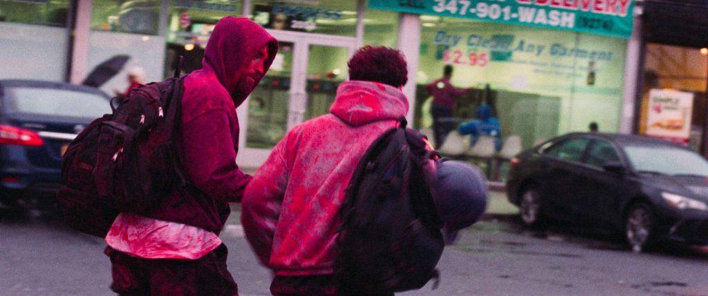 Ganz mit roter Farbe überstreut fliehen sie © Ascot Elite Home Entertainment