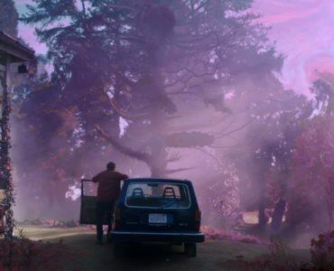 Nicolas Cage als Nathan Gardner steigt, in einer Totalen von hinten gesehen, aus seinem Auto und erblickt sein violett leuchtendes Land in DIE FARBE AUS DEM ALL.