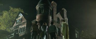 Die Gruppe traut isch nicht in das Gruselhaus in Scary Stories To Tell In The Dark © 2019 eOne Germany