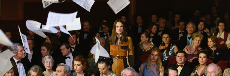 Sally Alexander, gespielt von Keira Knightley, steht im Publikum der Miss-Wahl auf und wirbelt Flugblätter über die Menge.