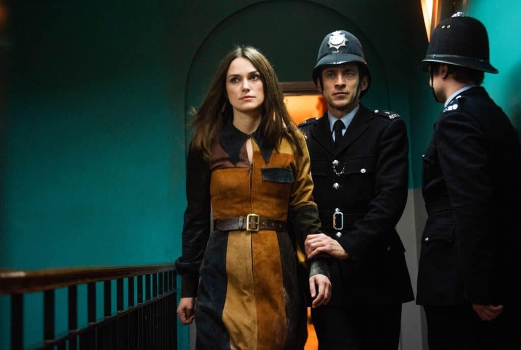 Sally Alexander wird in Die Misswahl - Der Beginn einer Revolution von zwei Polizisten abgeführt.