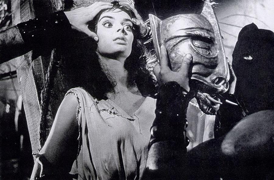 Die Hexe Asa bekommt die Schandmaske aufgesetzt, bevor es auf den Scheiterhaufen geht - Die Stunde, wenn Dracula kommt © Koch Films