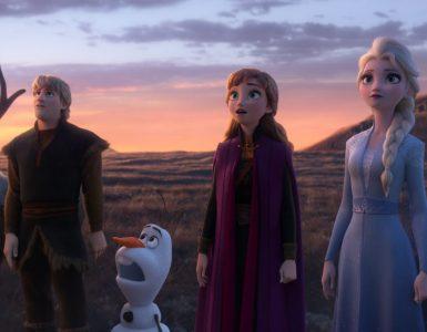 Sven, Kristoff, Olaf, Anna und Elsa staunen über etwas