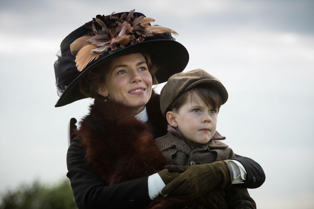 Nina Fawcett (Sienna Miller) mit dem erstgeborenen Sohn Brian (Daniel Huttlestone) in The Lost City of Z