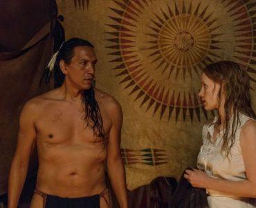 Caroline möchte Sitting Bull in traditioneller Kleidung zeichnen © Universum Film GmbH