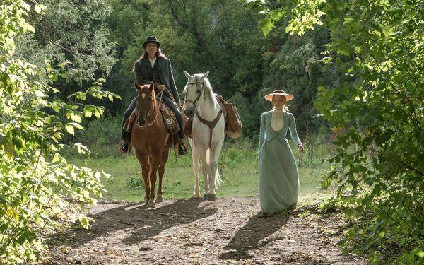 Caroline und Sitting Bull ziehen sich in die Natur zurück | Die Frau, die vorausgeht © Universum Film GmbH