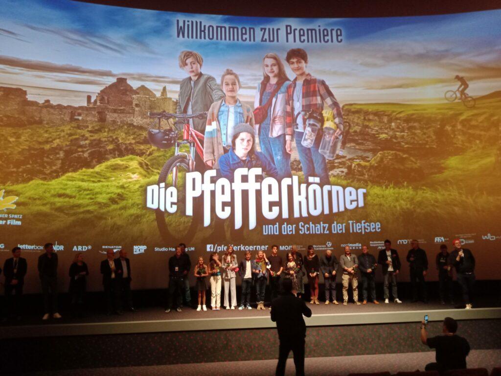 Die Pfferkörner und der Schatz der TiefseeDas Filmteam im Cinemaxx Dammtor in Hamburg bei der Premiere vor der Leinwand