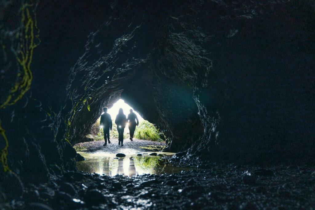 Die Pfefferkörner betreten eine Höhle am Strand